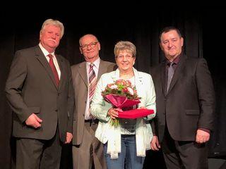 Bezirkschef Derfler (r.) bedankte sich bei Herwirg Pirker, Herbert Grausam und Johanna Kirchmayer (v.l.).