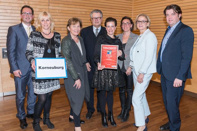 Andreas Minnich, Heidemarie Schrenk, Peter Hopfeld, Barbara Wiegisser, Anna Schrittwieser und Matthias Wobornik nahmen persönlich die Auszeichnung von WKNÖ-Präsidentin Sonja Zwazl und LH Johanna Mikl-Leitner entgegen.