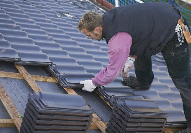 """Zu den geförderten Maßnahmen im Rahmen der """"Winter-Sanierungsoffensive 2018"""" zählt auch die Erneuerung von Dächern."""