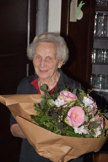 """Frieda Stranzinger feiert am Mittwoch, 31. Jänner ihren 100. Geburtstag.   Sie ist seit 1947 Gastwirtin des Gasthauses """"Zur Kaiserlinde"""" in Polling im Innkreis. Ihre Tochter Elfi hat das Gasthaus zwar 1988 übernommen; aber die Seniorchefin steht ihrer Tochter immer noch täglich hilfreich in deren Küche zur Seite. Frieda Stranzinger liebt die Geselligkeit in der Gaststube. Vor zwei Jahren wurde der ältesten Wirtin Österreichs die Wirtschaftsmedaille überreicht."""