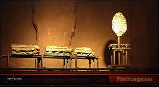 An der U 3-Station Rochusgasse sind Artefakte aus dem römischen Vindobona angebracht. Es sind ein steinerner Pinienzapfen und drei Kapitelle, die beim U-Bahn-Bau nahe der Kärntner Straße ausgegraben wurden (Quelle: Wikipedia)