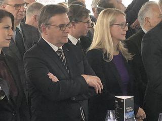 Landeshauptmann Günther Platter flankiert von Wirtschaftsministerin Margarete Schramböck bei einem Treffen der Tiroler Community in Wien