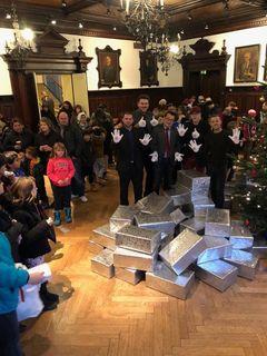 Die Anwesenden Kinder bekamen Geschenke überreicht