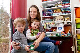 Während Ehemann Philipp in der Arbeit ist, kümmert sich Familienmutter Jessica Rueß um den Haushalt, um ihre Kinder Nils und Florentina und um die Patschen-Produktion.