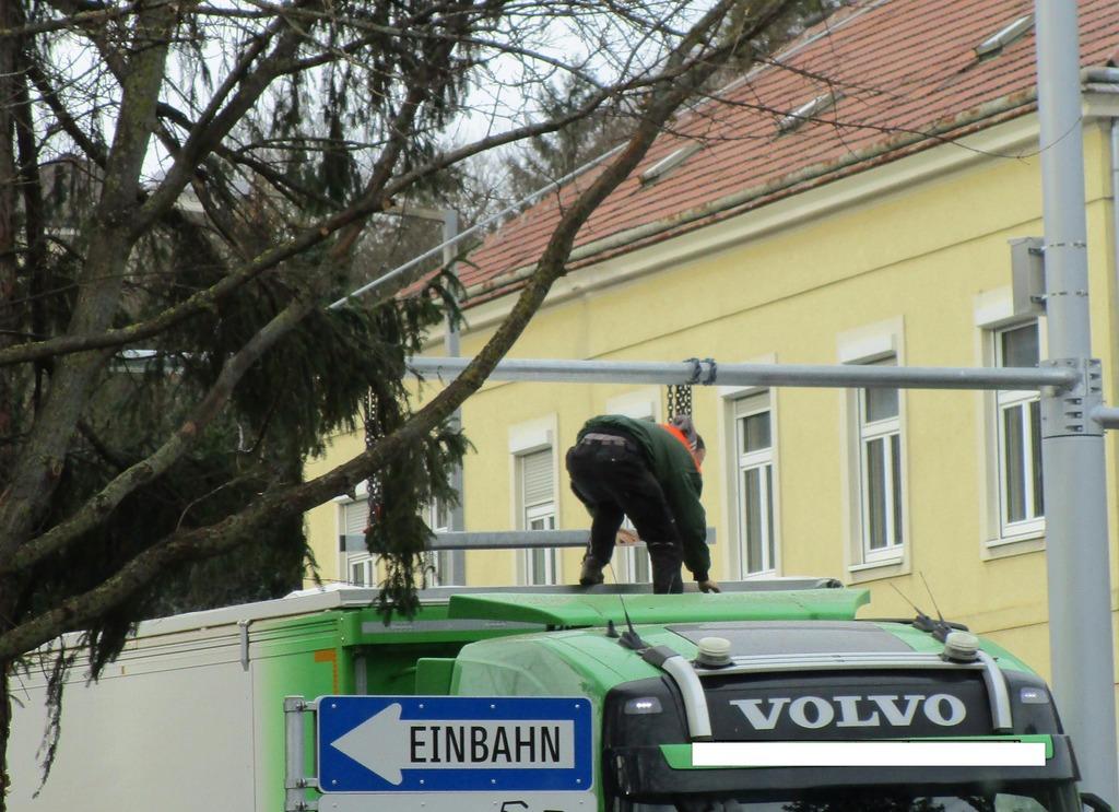 Rauf auf den LKW und wickeln? Der Fahrer, der sich für diese dreiste Aktion entschied, wurde angezeigt.
