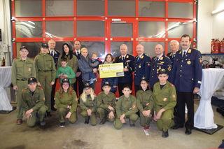 Übergabe: Bezirksfeuerwehrkommandant Wolfgang Weißhaupt (Vierter rechts hinten) mit der Feuerwehrjugend