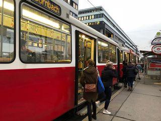 Die neue Endstelle Dornbach ist es offenbar, die den Fahrplan der Linie 2 so gehörig durcheinanderwirbelt.