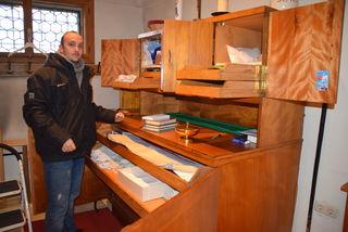Marco Kroyer vor dem durchwühlten Schrank in der Sakristei