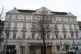 """Das ehemalige Hotel """"Roter Hahn"""" in der Landtstraßer Hauptstraße 40 steht seit dem Jahr 2000 leer."""