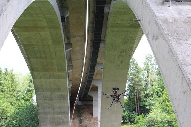 Zur Überprüfung von Brücken und Stützmauern greift die Asfinag jetzt auf fliegende Helfer zurück.