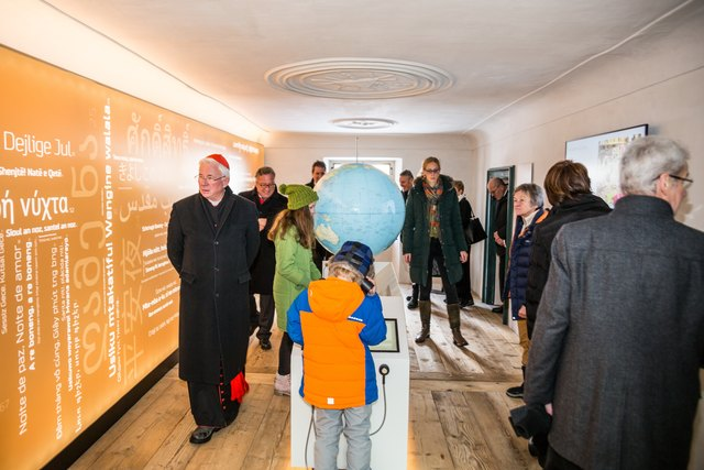 Bei der Eröffnung ließen sich auch Erzbischof Franz Lackner und Landesrat Heinrich Schellhorn (beide links im Bild) die Besichtigung nicht entgehen.