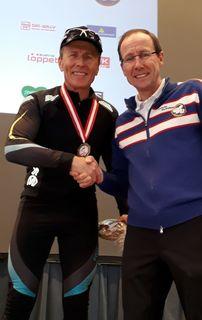 Alois Stadlober, Obmann des WSV Ramsau, gratulierte Franz Zöhrer zu seinem Erfolg.