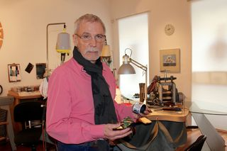 Fritz Maierhofer in seiner Werkstatt: Die Armreifen aus Eisen sind kunstvoll emailliert