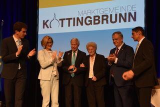 Applaus für die erst zweite Ehrenbürgerin in Kottingbrunn: Inge Weiss