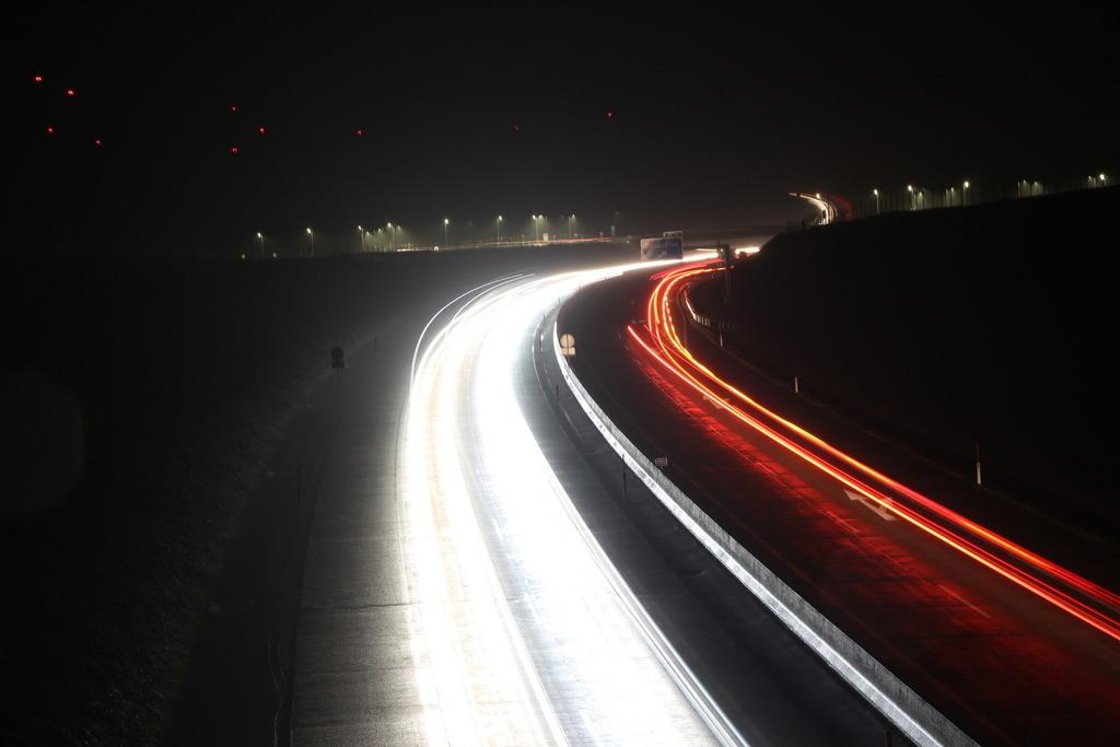 Wer bremst, verliert. Zu Stoßzeiten fahren auf der A5 Lkw mit 100 km/h auf der rechten Spur, links die Pendler von 140km/h aufwärts.