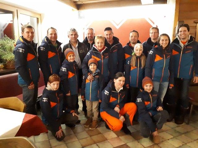 Neue Outfits in Lunz: Die Wintersportler aus Lunz am See sind von ihren brandneuen Skidressen total begeistert.