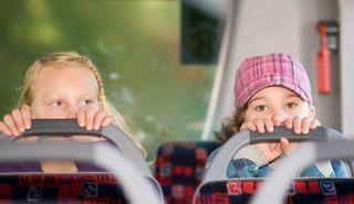 Viele Kinder haben keinen Sitzplatz im Schulbus.