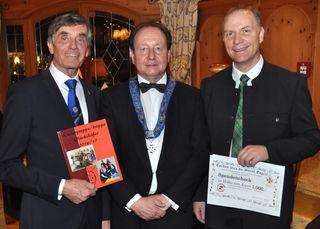 """Franz Pistoja und Peter Sixtl übergaben den 1.000 Euro-Spendenscheck an den Obmann der Kirchdorfer """"Kinderkrippe Glückskäfer"""" Mario Gaugg."""
