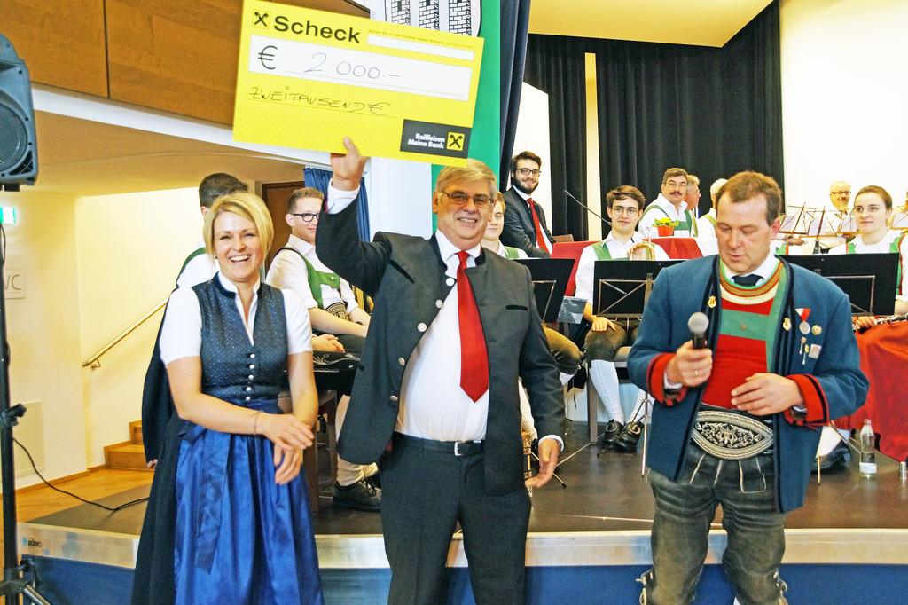 Obmann Alois Niederhauser und Kapellmeisterin Sylvia Klingler überreichten einen Scheck in Höhe von € 2000,-  an den Obmann des Sozialvereins Thaur, Romed Giner (M.).