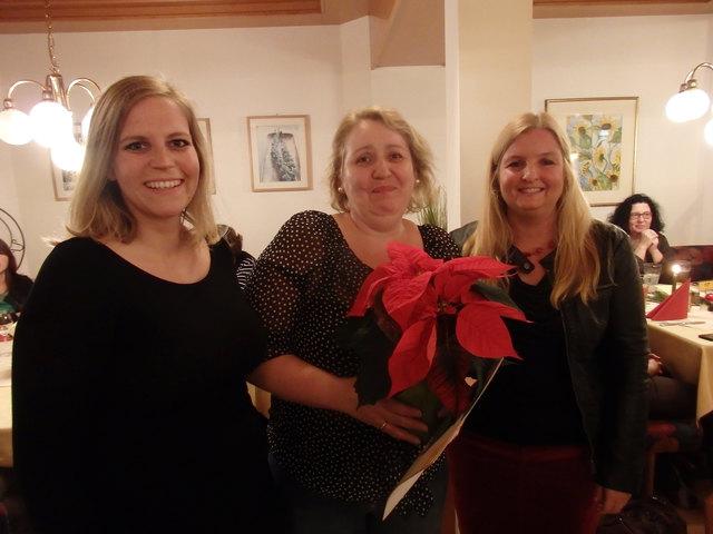 Hanna Lind (Koordinatorin der Kinderbetreuung), Verica Stepic und Mag Karin Skop, Leiterin des Familien- und Beratungszentrums bei der Ehrung.