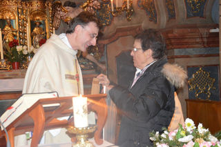 Bei der Spendenübergabe an Pfarrer Rainer Hangler.