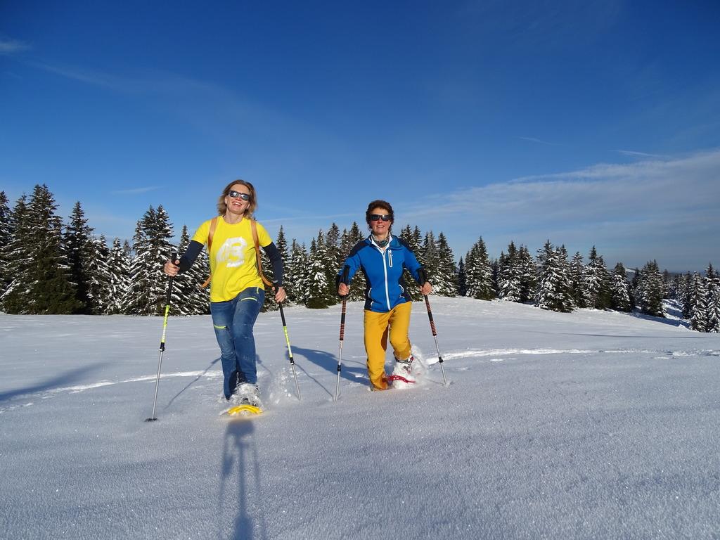 Elisabeth Zienitzer und Silvia Sarcletti führen auf Schneeschuhen durch die Region. Foto: Weges