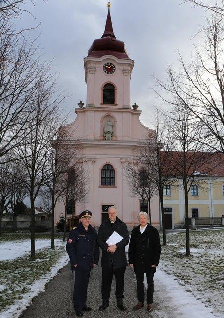 Generalmajor Fasching (l.) und Kontrollinspektor Ernest Bogner (r.) übergaben Pater Anton (m.) die Spende.