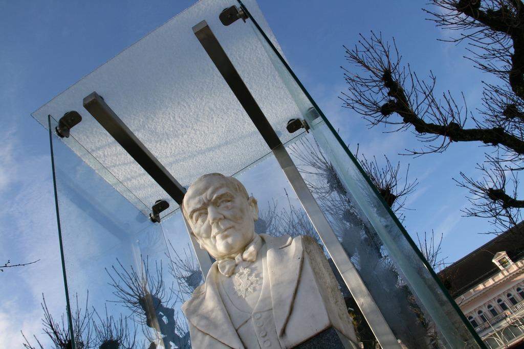 Auch die Büste von Franz Lehár ist nun in den Wintermonaten sichtbar.