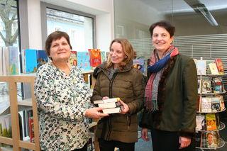 Bürgermeisterin Anna Steindl und Leiterin Maria Regen freuen sich über ein Rekordjahr bei der Entlehnung von Büchern.