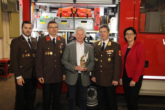 Die Gaminger Feuerwehr schenkte Vize-Bürgermeister Ludwig Hable (M.) eine Statue des heiligen Florian.