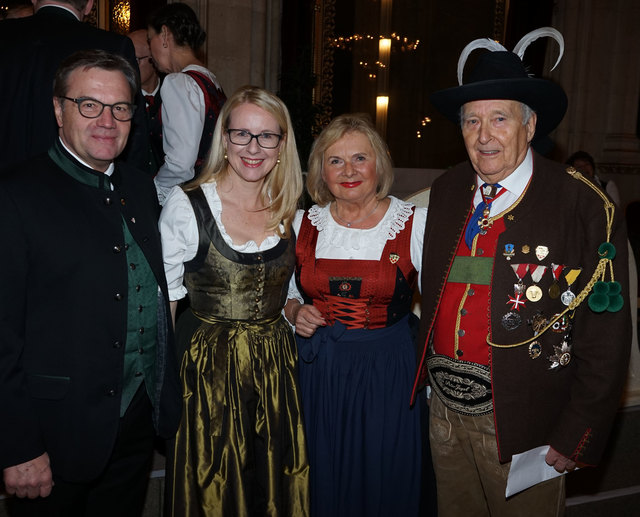 Tirolerbundpräsident Herwig Pelzer mit Gattin Susanne, Ministerin Margarete Schramböck und LH Günther Platter (v.re.)
