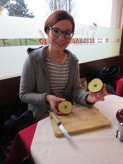Sabrina Schmid hat in ihrem Apfel einen Stern als gutes Omen gefunden.