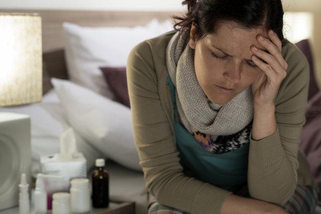 Grippe vermeiden: Hände desinfizieren hilft, um sich nicht mit Keimen und Viren anzustecken.
