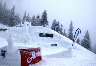 Schneeburgen umgeben von viel Nebel und trickreichen Sprüngen im Neighborhood Snowpark auf der Weinebene.