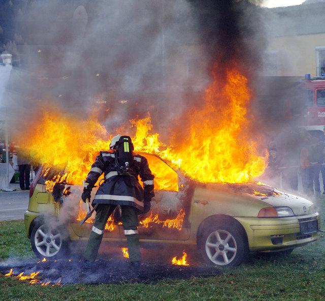 In Saalfelden brannte am Abend des 18. Jänners das Fahrzeug eines 47-Jährigen. Die Freiwillige Feuerwehr Saalfelden konnte den Brand löschen.