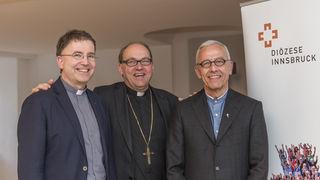Bischof Hermann Glettler mit dem neuen Generalvikar Florian Huber und dem interimistischen Generalvikar Roland Buemberger