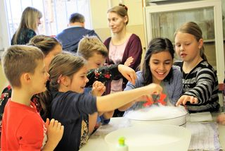 Ein Experiment mit Trockeneis und Geschirrspülmittel sorgte für spannende Effekte beim Tag der offenen Tür in der NMS Hitzendorf.