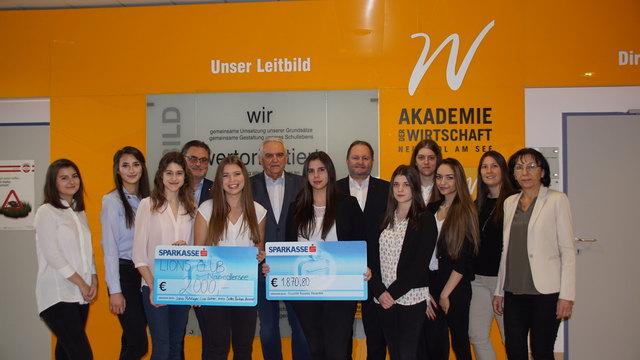 Die Schülerinnen waren stolz knapp 4.000 Euro überreichen zu können.