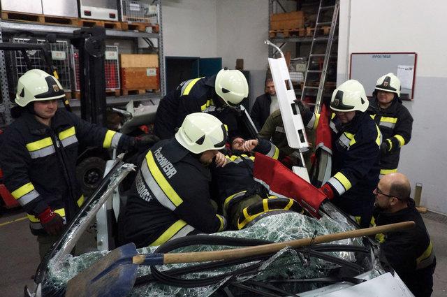 Nachdem verschiedene Schnitt- und Spreiztechniken geübt worden waren, wurde zuletzt die Rettung einer verletzten Person mit einer Schaufeltrage geübt.