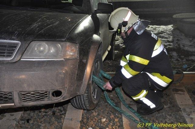 Die Feuerwehr barg den Pkw vom Gleis.