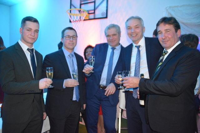 Auf einen gelungenen Abend stießen Jugendobmann Marco Schlaffer, OPO Peter Wachter, Stefan Schrammel, Nikolaus Wachter und Bgm. Franz Wachter an.