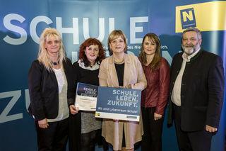 """Bildungslandesrätin Barbara Schwarz überreicht die Plakette """"Wir sind Lebensraum Schule"""" an die VS Drosendorf."""