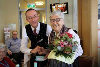 Als eine der ältesten Bewohnerinnen erhielt Juliane Erdle von SeneCura Hausleiter Hermann Major einen Blumenstrauß