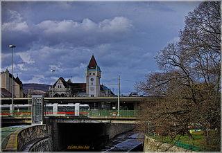 Die Station Hietzing / Kennedy Brücke mit dem Amtshaus