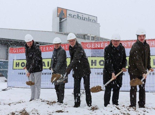 Von links nach rechts: Rudolf Hainzl, Holzhaider Bau GmbH Christian Denkmaier, Bürgermeister Neumarkt i. M. Michael Schinko, Firmengründer Schinko GmbH Gerhard Lengauer, Geschäftsführender Gesellschafter Schinko GmH Wolfgang Holzhaider, Holzhaider Bau GmbH.