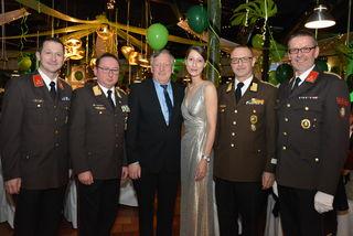 Aufgetanzt: Kommandant Josef Probst (r.) und Direktorin Melanie Franke mit Ehrengästen beim sechsten Ball der Betriebsfeuerwehr Rogner Bad Blumau.