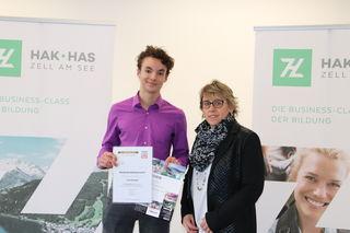 Luca Breitfuß mit Brigitte Wirtner (Klassenvorständin) bei der Gutschein-Übergabe