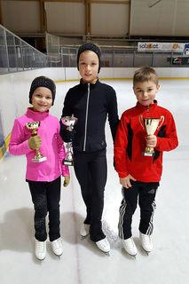 Valerie Frauscher, Luisa Frauscher und Jonathan Aschl vom EV Gmunden feierten beim Fanny Elßler Cup in Eisenstadt Gruppensiege mit persönlicher Bestleistung.