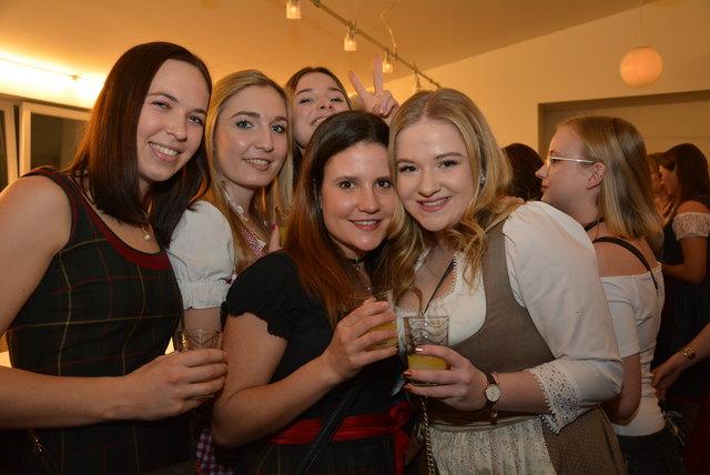 Fröhliche Freundinnen: Sarah Obmann, Laura und Chiara Müller, Laura Vidmar und Hannah Wachernig