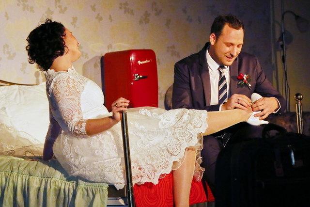 """Die Vorfreude des frisch getrauten Paares wird in der Komödie """"Die Hochzeitsnacht"""" gehörig und humorvoll getrübt."""